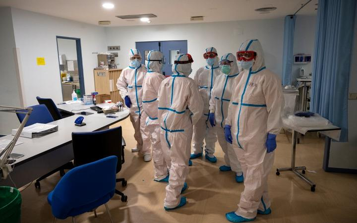 Healthcare workers chat at the Intensive Care Unit (ICU) of the Severo Ochoa University Hospital in Leganes on October 16, 2020. - At Severo Ochoa hospital in a Madrid suburb